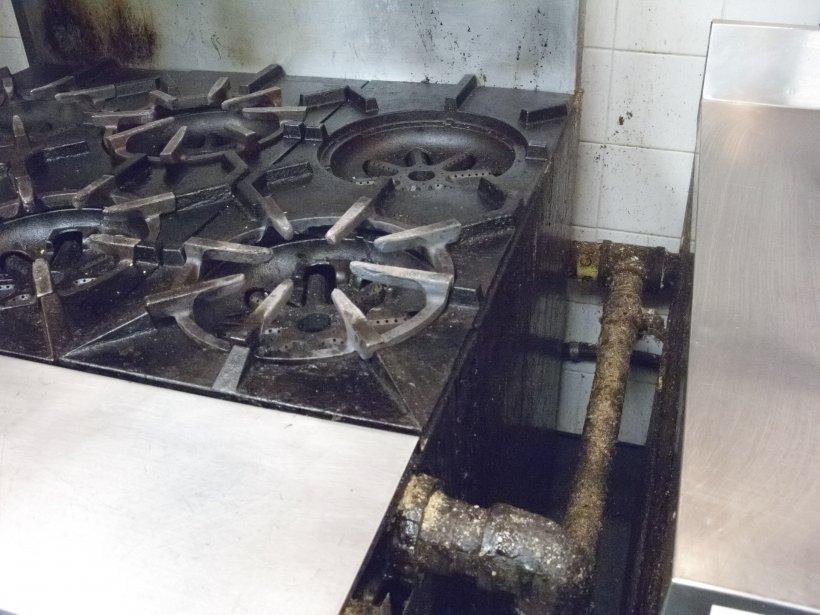 Les contours de la plaque à griller semblaient ne pas avoir été nettoyés depuis des mois. Le gras suintait sur la cuisinière. (Photo: Hugo-Sébastien Aubert, La Presse)