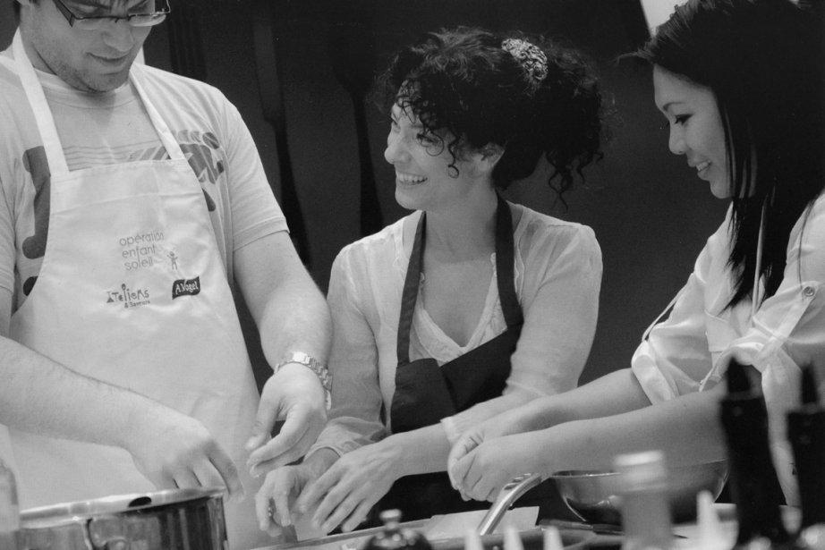 Isabelle Cyr cuisine dasn la joie, manifestement...... (Photo: tirée du livre Les saveurs du bonheur)