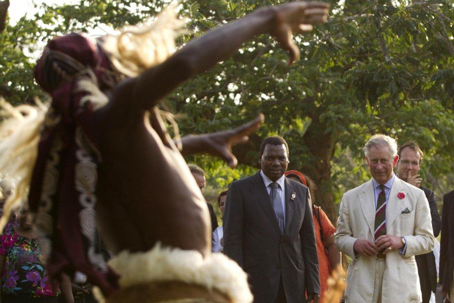 Le prince Charles regarde un danseur zulu effectuer... (Photo: Rogan Ward, Reuters)