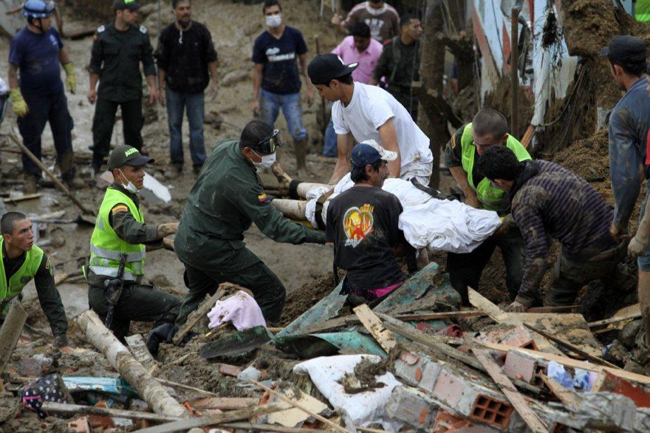 Le corps d'un homme enseveli par le glissement... (Photo J.J. Bonilla, AFP)