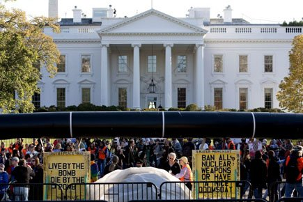 Des manifestants transportent une fausse pipeline devant la... (Photo: Reuters)