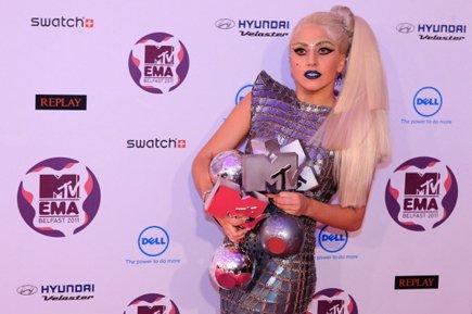 Lady Gaga tient ses quatre trophées devant les... (Photo: AFP)