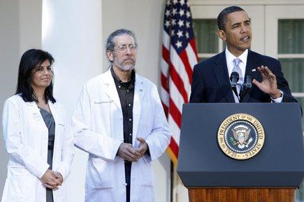 Le président Barack Obama, accompagné de deux médecins,... (Archives Reuters)