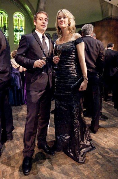 Yanick Blanchard et Catherine Malouin, qui porte une robe noire ...