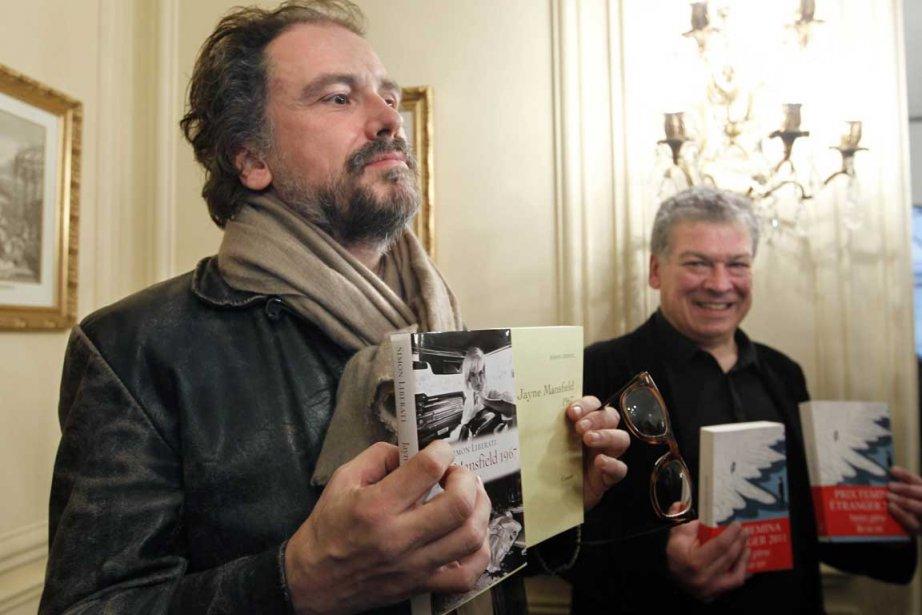 Le récipiendaire du Femina Simon Liberati et l'Américain... (Photo AFP)