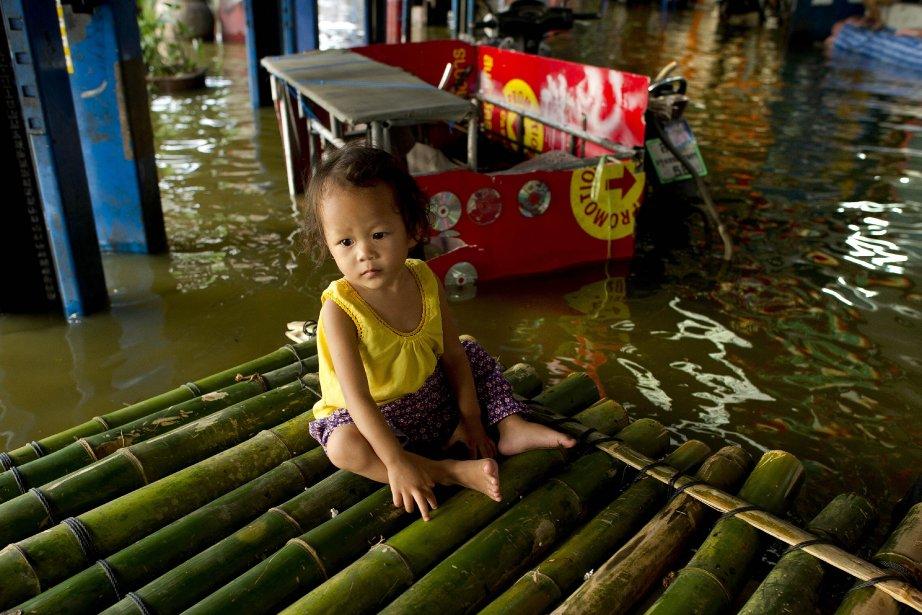 Les inondations semblent sans fin à Bangkok, en Thaïlande. Le 7 novembre, la ville était toujours envahi de plusieurs pieds d'eau et les experts estiment que la situation est appelée à se répéter, en raison des changements climatiques. | 7 novembre 2011