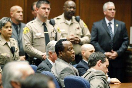Le Dr Conrad Murray n'a pas démontré d'émotion... (Photo: Reuters)