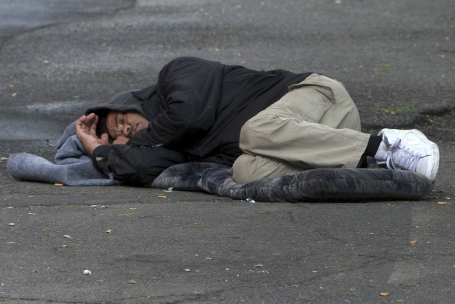 Un homme dormant dans la rue de la... (Photo: Robert Skinner, Archives La Presse)