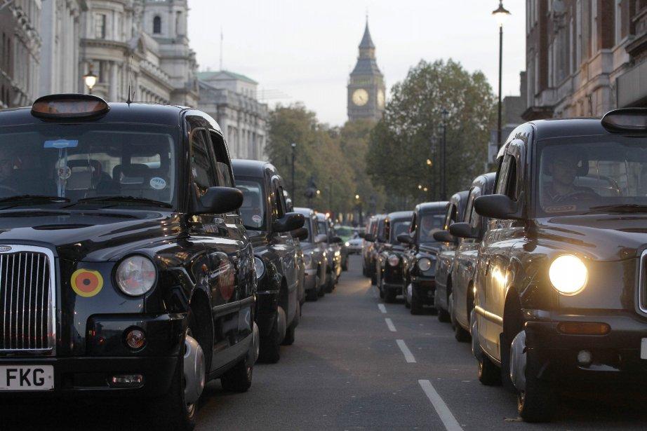 En plus des milliers d'étudiants qui manifestaient aussi, mercredi, au centre de la cité anglaise, des centaines de chauffeurs de taxi ont organisé un drive-in pour protester contre une réforme de l'industrie du taxi. | 9 novembre 2011
