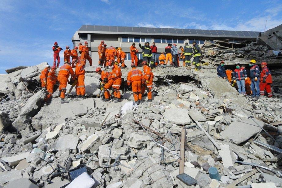 Des secouristes turcs cherchent des survivants dans les... (Photo: Bertan Ayduk, AP)