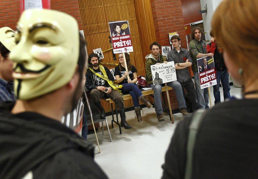 Des étudiants de la région (ici à l'Université Laval) ont participé à la journée nationale de manifestation des étudiants contre la hausse des frais de scolarité, le 10 novembre. | 10 novembre 2011