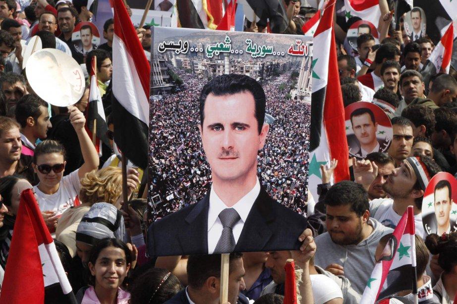 Des partisans du président syrien sont massés à... (Photo: Khaled al-Hariri, Reuters)