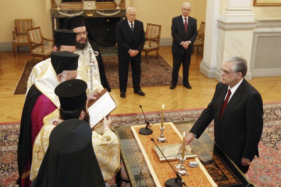 Le premier ministre fraîchement nommé, Lucas Papademos, prête... (Photo: Yiorgos Karahalis, Reuteurs)