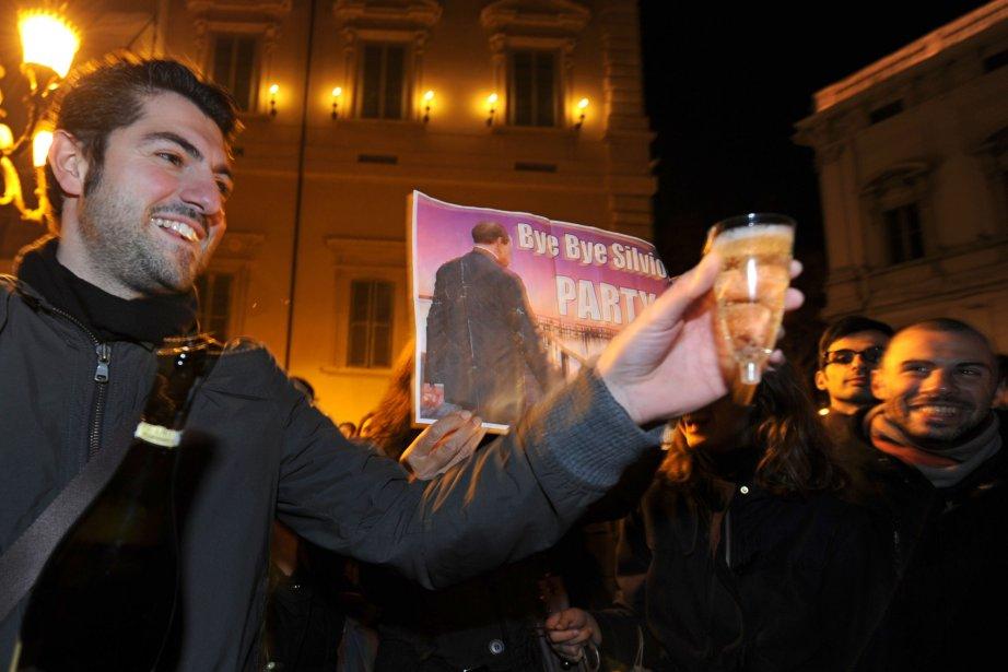 Des manifestants trinquent au champagne en face du palais du Quirinal à Rome, la résidence officielle du président italien, après l'annonce de la démission du premier ministre Silvio Berlusconi, le 22 novembre. | 12 novembre 2011