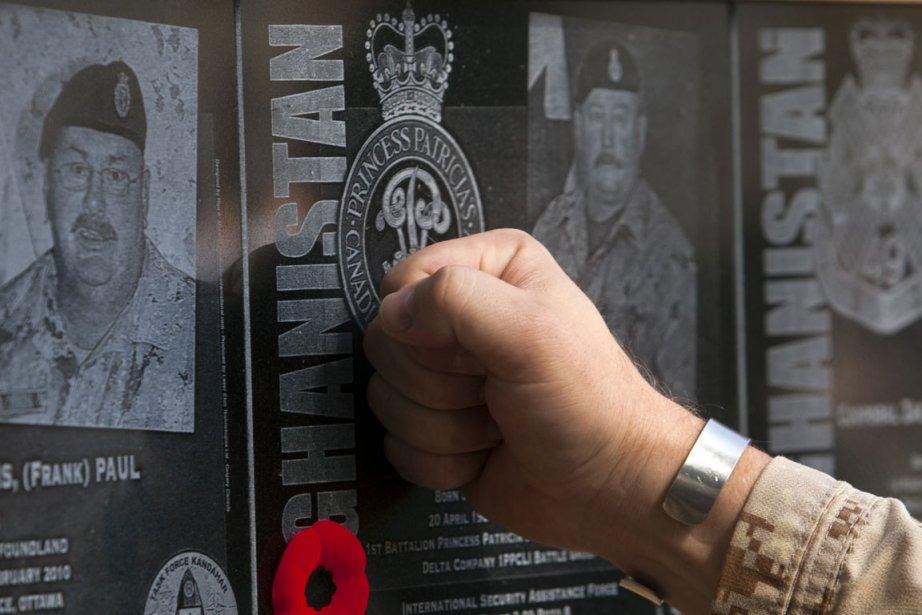 Les boîtes contenant les plaques noires, demême que... (Photo: Reuters)