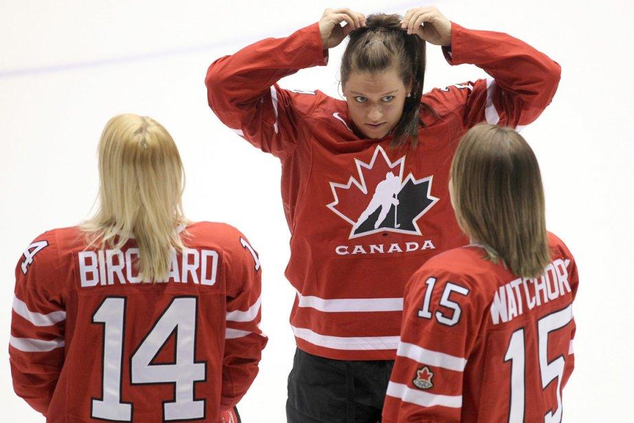 Natalie Spooner (centre) parle avec Courtney Birchard et... (Photo: Paul Daly, PC (Archives))