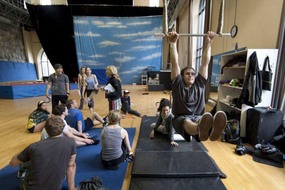 Les acrobates préparent le spectacle iD à la... (Photo: Robert Skinner, La Presse)