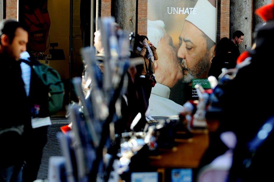 Une affiche publicitaire de Benetton mettant en vedette... (Photo: Tiziana Fabi, AFP)