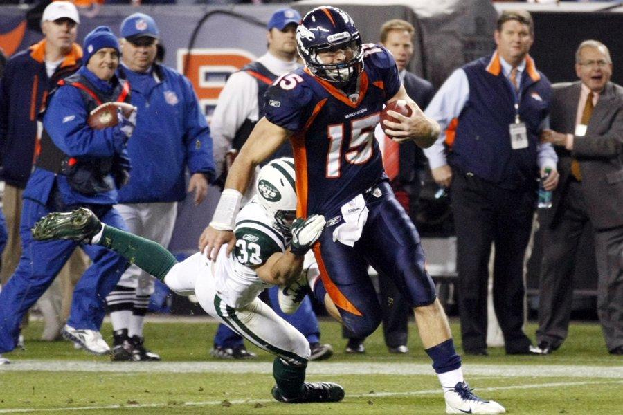 Le quart des Broncos Tim Tewbow a évité... (Photo: Reuters)