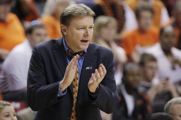 L'entraîneur-chef de l'équipe de basketball féminin de l'Université... (Photo: AP)