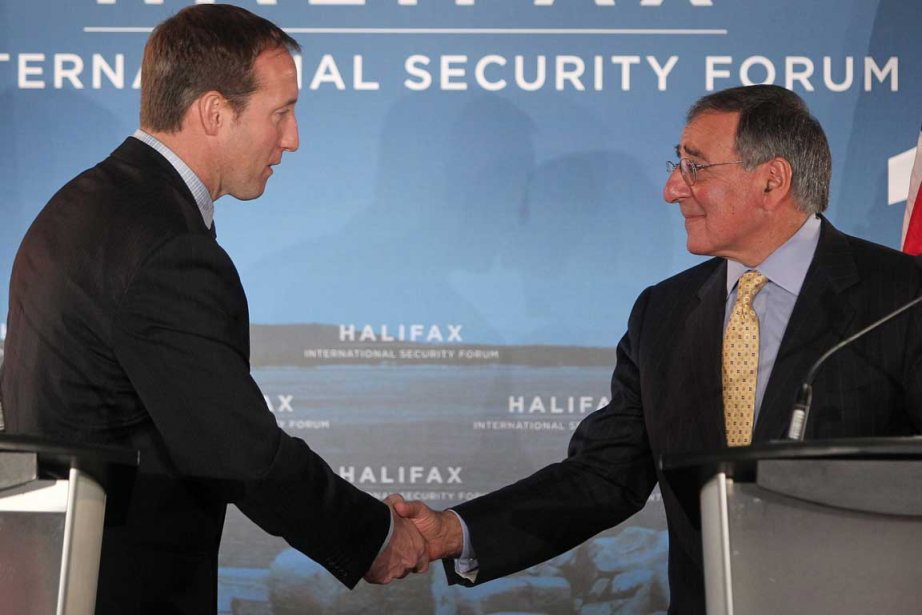 Peter Mackay et Leon Panetta.... (Photo La Presse Canadienne)