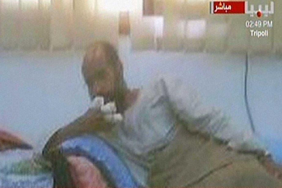 Seif al-Islam Kadhafi est apparu blessé, mais en... (Photo AFP)
