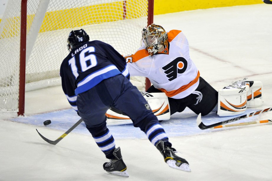 Andrew Ladd des Jets marque contre le gardien... (Photo: Fred Greenslade Reuters)