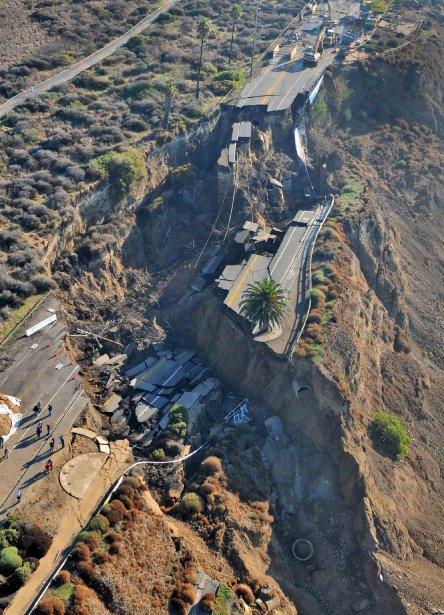 Après des pluies torrentielles la veille, voici ce qu'il reste de la route de San Pedro près de Los Angeles, le 21 novembre. Miraculeusement, personne n'a été blessé. | 21 novembre 2011