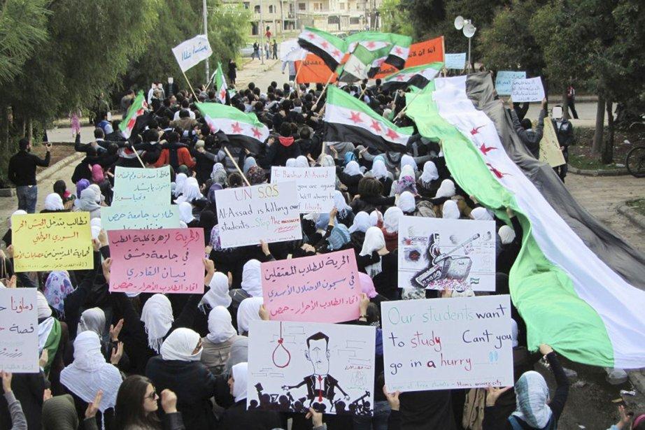 Des opposants au régime de Bachar al-Assad marchaient... (Photo: Reuters)