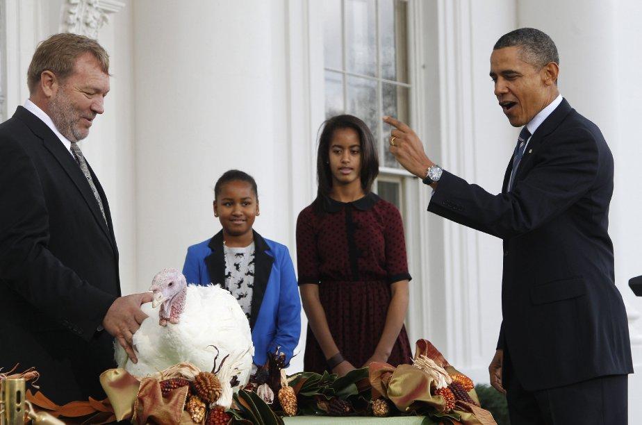 Cérémonie traditionnelle à la Maison-Blanche, le 23 novembre : à l'occasion de la Thanksgiving du lendemain, le président Obama a gracié une dinde nommée... «Liberté». Ses fille Sasha (la plus petite) et Malia lui ont prêté main forte. | 23 novembre 2011