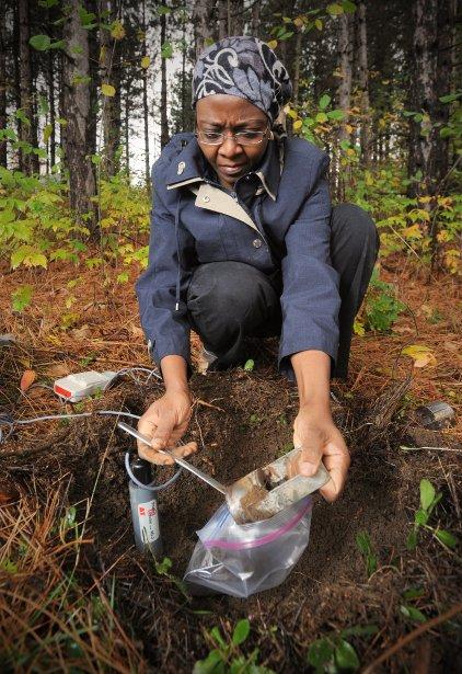 Ramata Magag précise: «En milieu agricole, nous observons un écart de 15 % entre l'humidité mesurée au sol et celle estimée par SMOS.» (Imacom, Jessica Garneau)