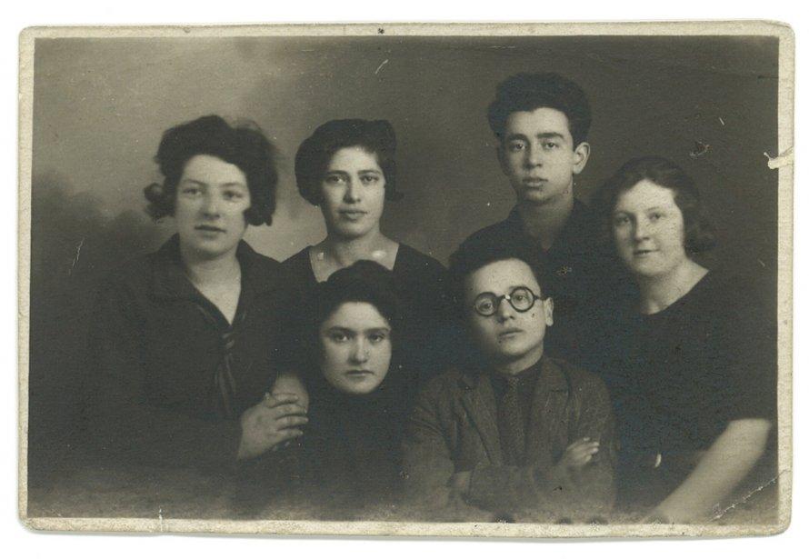 L'écrivain Noah-Isaac Gotlib avec des membres de sa famille dans les années 1920 (Archives de la Bibliothèque publique juive de Montréal)