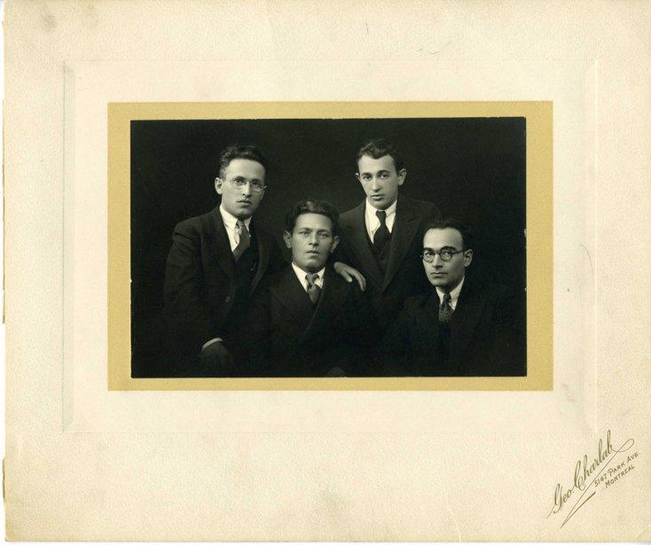 Les poètes Jacob-Isaac Segal, Mani Leib (de New York), Sholem Shtern et Joseph-M. Dimentstein, dans les années 1920 (Archives de la Bibliothèque publique juive de Montréal)