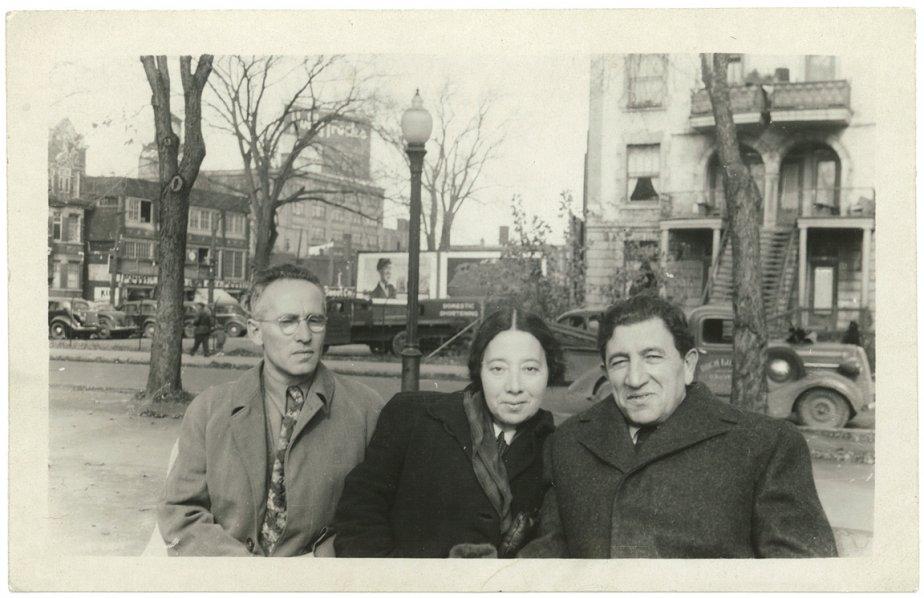 Les écrivains yiddish montréalais Jacob-Isaac Segal et Ida Maze en compagnie du poète yiddish new-yorkais Aaron-Glanz Leyeles, au parc Jeanne-Mance, au début des années 1950. À l'arrière-plan, l'avenue de l'Esplanade, à la hauteur de l'avenue du Mont-Royal (Archives de la Bibliothèque publique juive de Montréal)