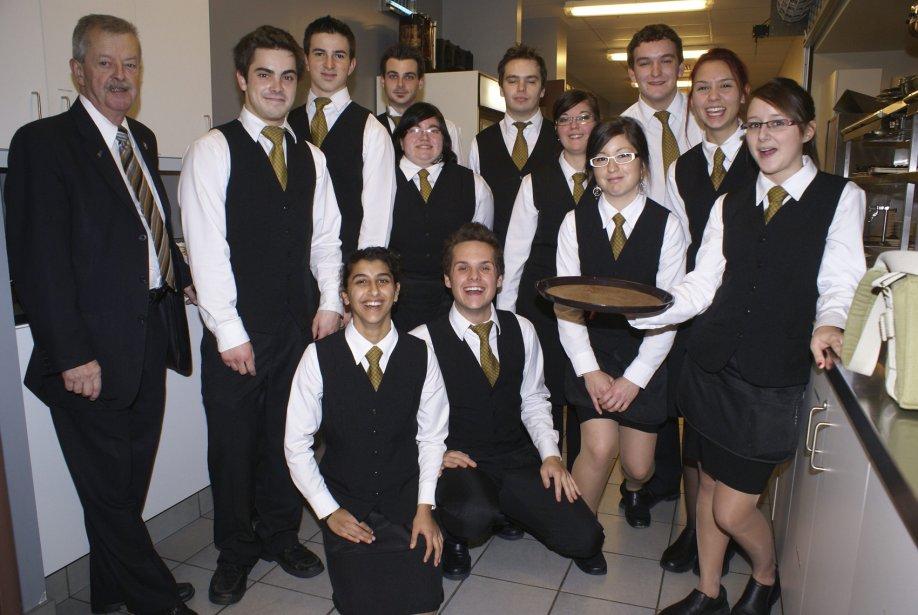 Voici les 18 élèves, du cours de service de la restauration du Centre de formation professionnelle de Jonquière, accompagnés de leur enseignant Guy Paradis.