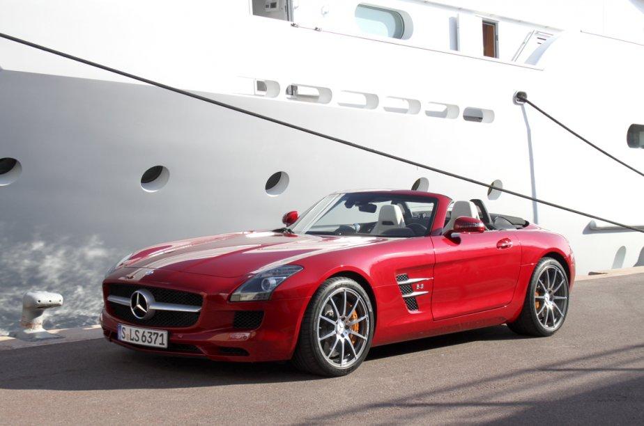 Le roadster Mercedes SLS AMG est tout à fait à sa place dans le décor nautique de la rade de Monaco. (Photo Jacques Duval, collaboration spéciale)