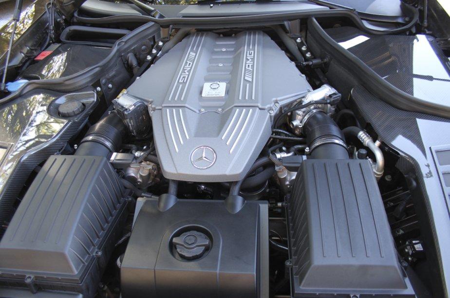 Chaque moteur AMG est assemblé par un seul ouvrier dont la signature apparaît sur la culasse. Le V8 de 6,2 litres ci-dessus réussit à développer 571 chevaux sans l'aide d'un turbo. (Photo Jacques Duval, collaboration spéciale)