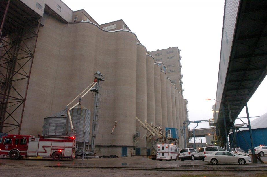 Les pompiers de Trois-Rivières ont dû mener une délicate opération de sauvetage pour sortir l'homme du silo. | 29 novembre 2011