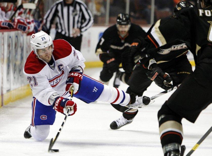 Brian Gionta fait une passe avec un genou sur la glace. | 1 décembre 2011
