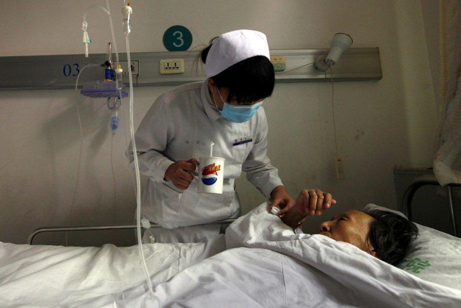 Une infirmière donne des soins à une patiente... (Photo: David Gray, Reuters)