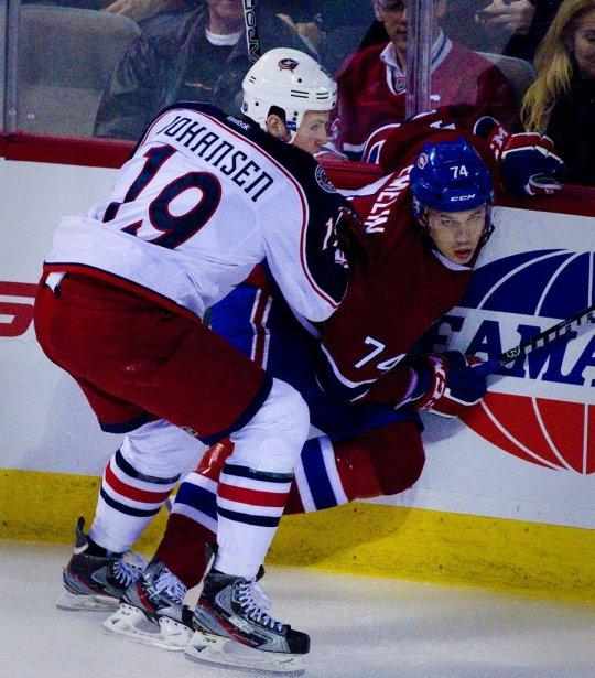 Ryan Johansen immobilise Alexei Emelin le long de la bande. | 6 décembre 2011