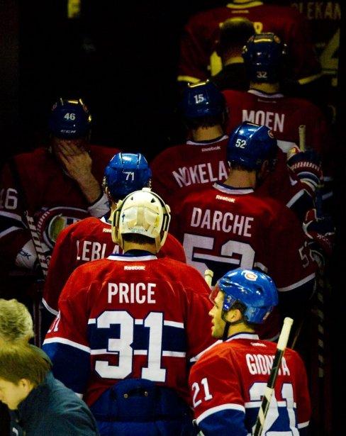 Les joueurs du Canadien quittent la patinoire après leur défaite... | 2011-12-06 00:00:00.000