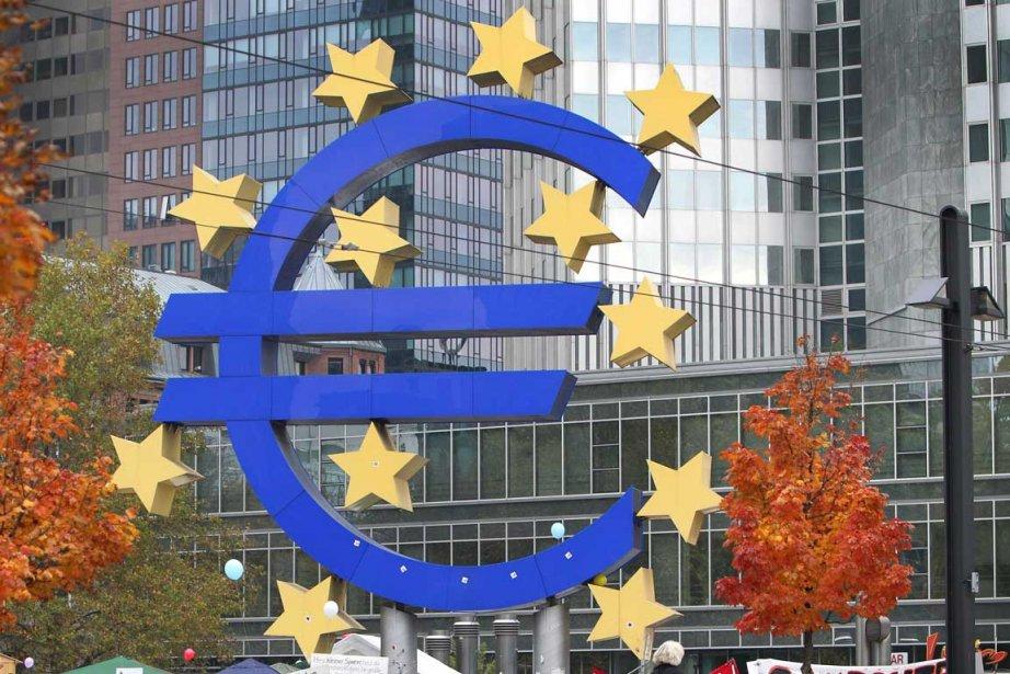 L'euro s'affaiblissait légèrement lundi face au dollar, la Banque... (Photo AFP)