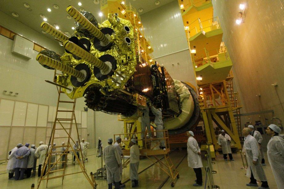 Des ingénieurs travaillent à l'assemblage du satellite Amos-5... (Photo Ilya Naymushin, Reuters)