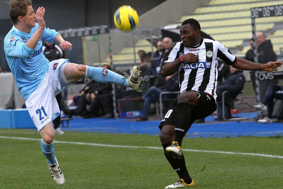 Nicolas Frey, de Verone et Asamoah de Udinese,... (Photo Paolo Giovannini, AP)