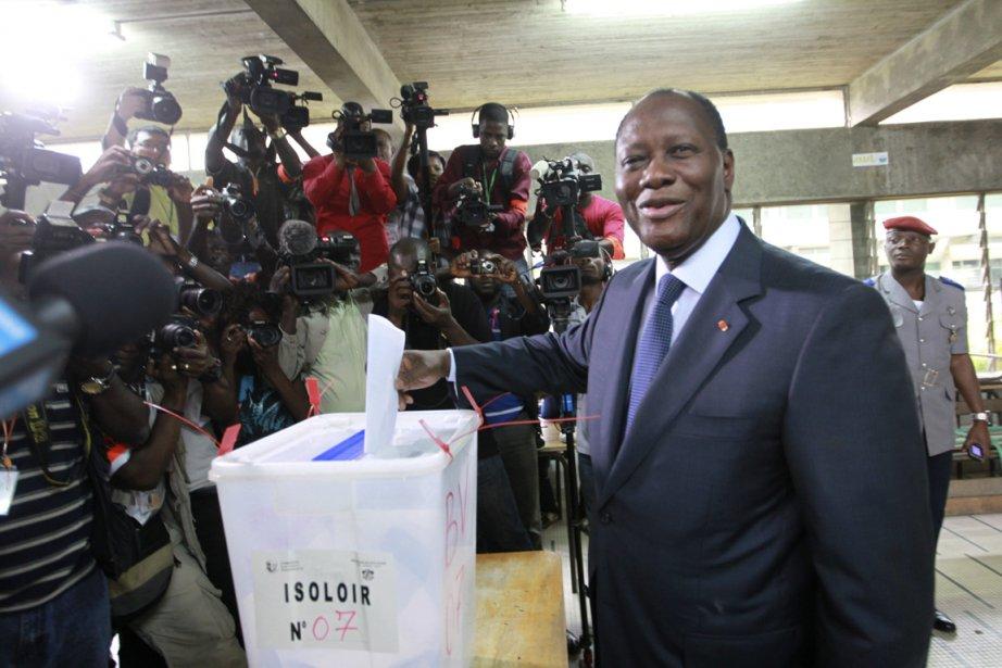 Le président ivoirien Alassane Ouattara dépose son bulletin... (Photo: Luc Gnago, Reuters)
