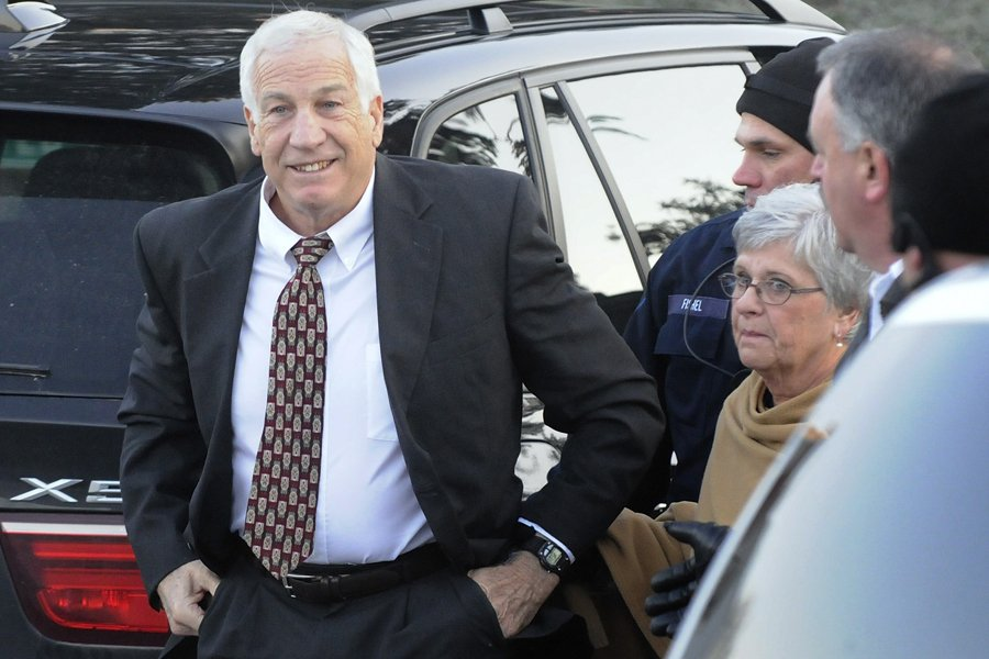 Jerry Sandusky est arrivé au tribunal en compagnie... (Photo: Reuters)