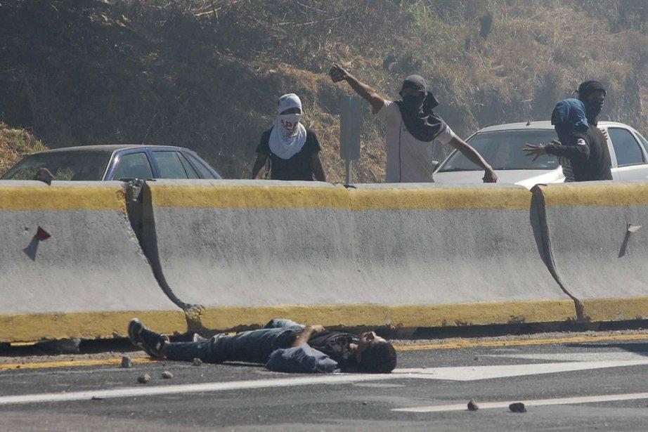 Le corps inanimé d'un étudiant est vu sur... (Photo: Reuters)
