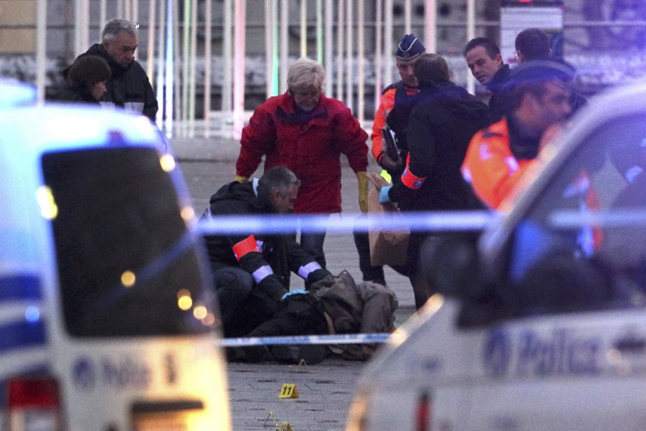 Des policiers et des experts médicaux entourent le... (Photo: Thierry Roge, Reuters)