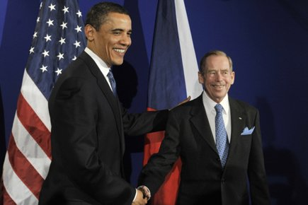 Barack Obama et Vaclav Havel lors d'un sommet... (Photo: AP)